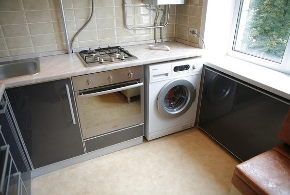 Дизайн кухни в хрущевке с газовой колонкой и холодильником